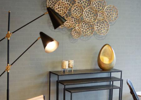 Tolle Lampen, attraktive Dekoration und schöne Accessoires: Strahler zur Effektbeleuchtung oder als Leselicht, Kerzenleuchter in goldenen Farben und goldenes Wandobjekt