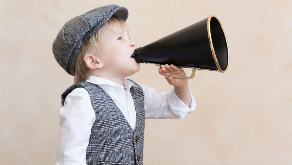 Aktuelle Angebote – Kleiner Junge mit Sprachrohr weiß, woh es Schnäppchen gibt!