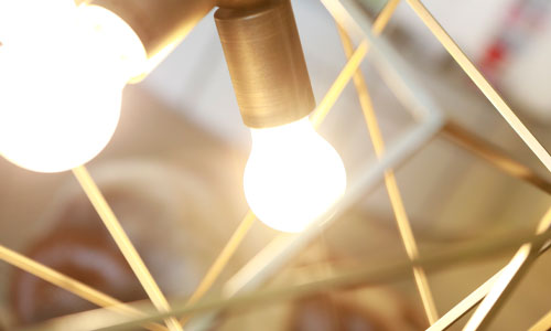 Beleuchtung für Ihr Badezimmer: Moderne Lampe aus Stahlgeflecht in gold.