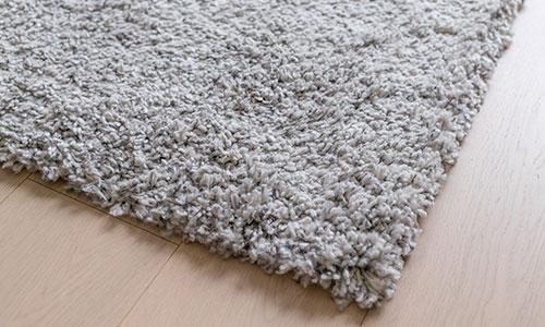 Qualitative Teppiche vom m+t Einrichtungsahaus: z.B. ein grauer Hochflorteppich