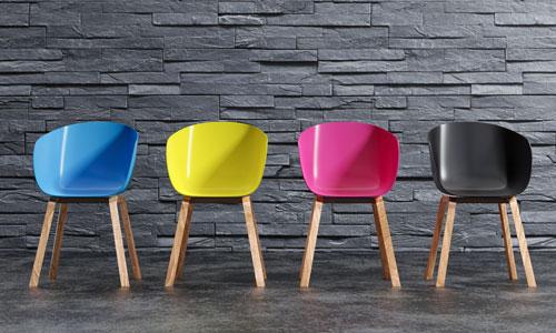 Vier moderne Stühle mit Kunststoffsitzschale in bunten Farben