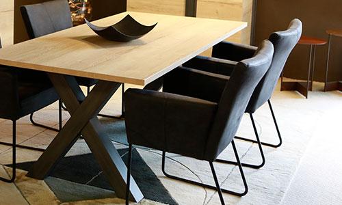 Dekorativer Esstisch mit passenden sesselförmigen Stoffstühlen