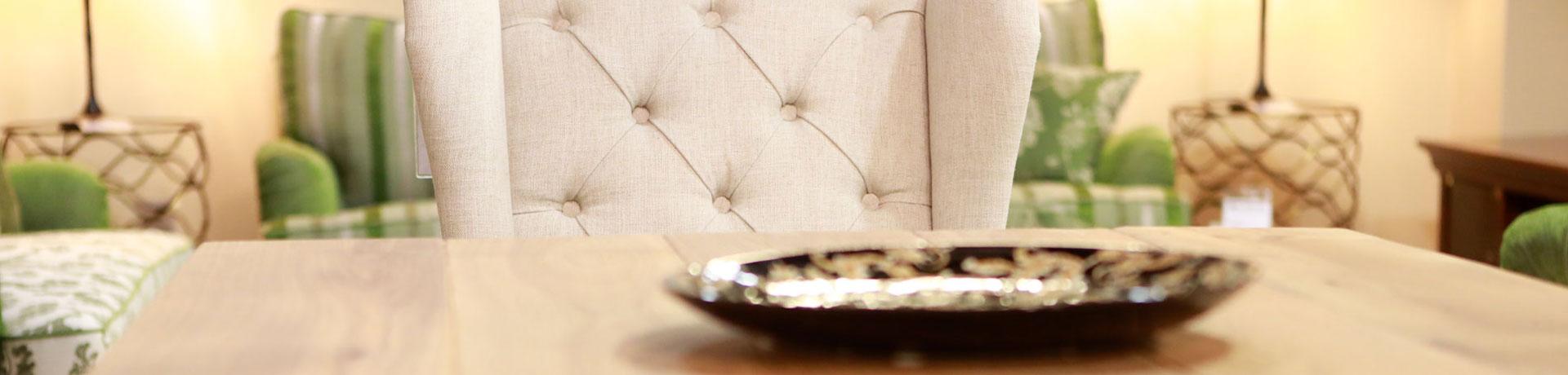 Bequemer Stuhl vor kleinem Tisch mit Dekoschale