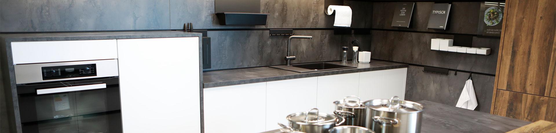 Elegante Küche aus der m+t Möbelausstellung