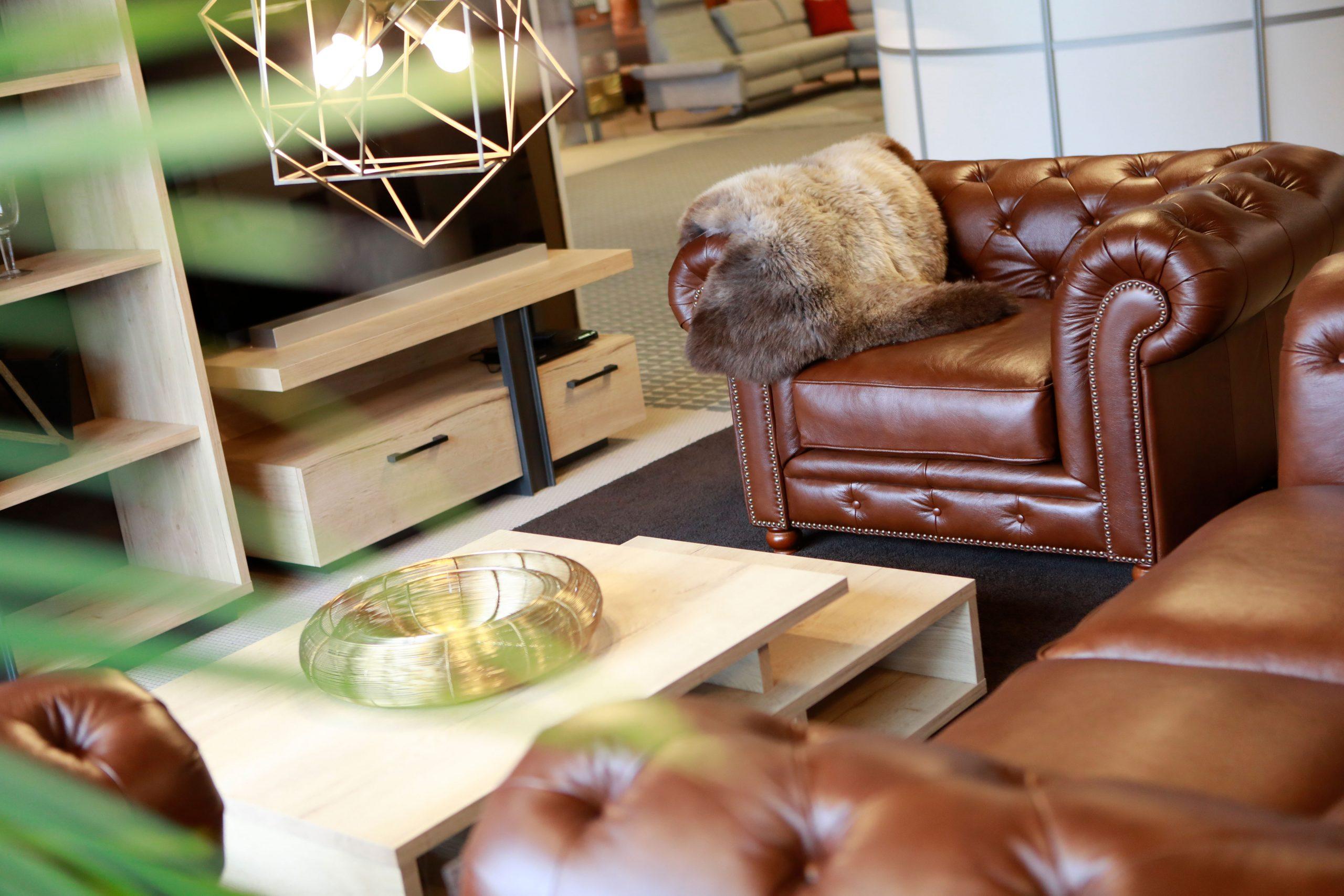 Ihr Wohnzimmer sollte ein Ort sein, an dem Sie sich wohlfühlen. Im m+t Einrichtungshaus finden Sie zum Beispiel exklusive Ledersessel und Ledersofas, die Ihr Wohnzimmer zu einem ganz besonderen Raum werden lassen..